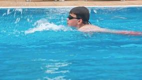 Nuoto dell'uomo nello stagno stock footage