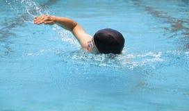 Nuoto dell'uomo nello stagno Fotografia Stock