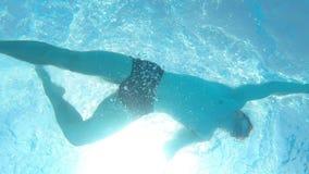 Nuoto dell'uomo nello stagno, video subacqueo, movimento lento stock footage