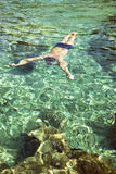 Nuoto dell'uomo sotto l'acqua Fotografia Stock Libera da Diritti