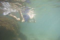 Nuoto dell'uomo subacqueo Fotografia Stock Libera da Diritti