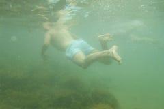Nuoto dell'uomo subacqueo Fotografia Stock