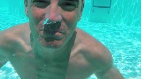 Nuoto dell'uomo subacqueo