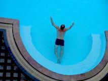 Nuoto dell'uomo in un raggruppamento Fotografia Stock