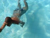 Nuoto dell'uomo in un raggruppamento. Fotografia Stock Libera da Diritti