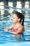 Nuoto della donna nel raggruppamento Fotografia Stock