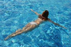 Nuoto della donna nel raggruppamento Fotografie Stock Libere da Diritti