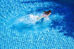Nuoto della donna nella piscina Fotografie Stock