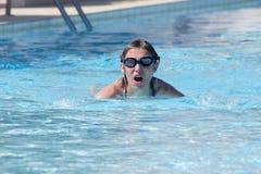 nuoto della donna nella piscina Fotografia Stock