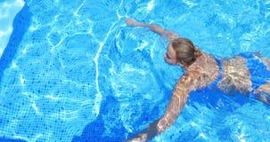 Nuoto della donna nella piscina all'aperto archivi video