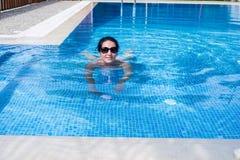 Nuoto della donna nello stagno Immagine Stock Libera da Diritti
