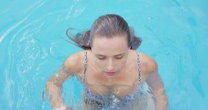 Nuoto della donna nello stagno al cortile 4k stock footage