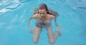 Nuoto della donna nello stagno al cortile 4k video d archivio