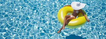 Nuoto della donna sul galleggiante in uno stagno rappresentazione 3d Immagine Stock Libera da Diritti