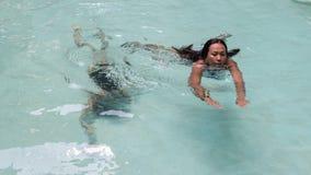 Nuoto della figlia e della madre nello stagno fotografie stock