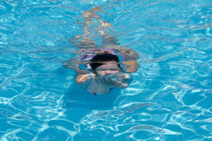 Nuoto della giovane donna in un raggruppamento Immagini Stock Libere da Diritti