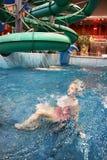 Nuoto della ragazza di Llittle nel aquapark Fotografia Stock Libera da Diritti