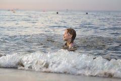 Nuoto della ragazza nel mare Fotografia Stock