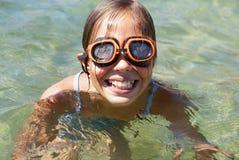 Nuoto della ragazza nel mare Fotografie Stock