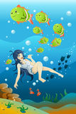 Nuoto della ragazza nell'oceano Fotografia Stock Libera da Diritti