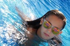 Nuoto della ragazza nello stagno Fotografie Stock Libere da Diritti