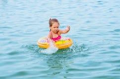 Nuoto della ragazza sul lago Fotografie Stock Libere da Diritti