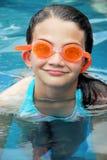 Nuoto di estate con gli occhiali di protezione Immagini Stock