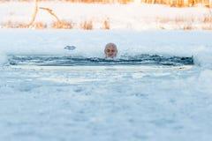 Nuoto di inverno Uomo ad un ghiaccio-foro Fotografia Stock Libera da Diritti