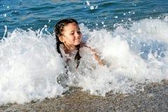 Nuoto ed immersione subacquea sorridenti del bambino Immagini Stock Libere da Diritti