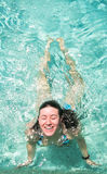 Nuoto felice della giovane donna fotografia stock