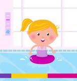 Nuoto felice sveglio della ragazza nell'acqua/raggruppamento Immagini Stock Libere da Diritti