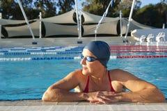 Nuoto maturo della donna Fotografia Stock