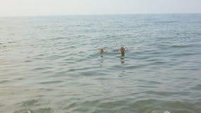 Nuoto nel mare, resto dell'uomo sull'acqua video d archivio