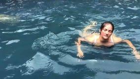 Nuoto nello stagno, rilassarsi, felice, tempo della donna di vacanza archivi video