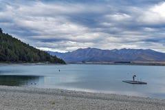 Nuoto non identificato dell'uomo nel lago Tekapo, isola del sud della Nuova Zelanda Fotografie Stock