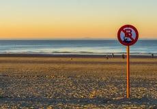 Nuoto proibito, nessun nuoto permesso, bordo belga del segno, la costa di Blankenberge, Belgio fotografie stock