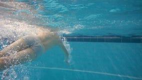 Nuoto sportivo dell'uomo sotto l'acqua Giovane nuotatore attivo che si tuffa lo stagno archivi video