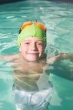 Nuoto sveglio del bambino nello stagno Fotografie Stock Libere da Diritti