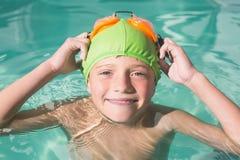 Nuoto sveglio del bambino nello stagno Immagine Stock