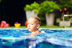 Nuoto sveglio del ragazzino sullo stagno Fotografia Stock Libera da Diritti
