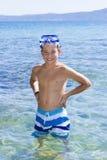 Nuoto sveglio del ragazzo in acqua Immagini Stock