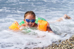 Nuoto sveglio della bambina nel mare Immagine Stock