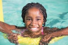 Nuoto sveglio della bambina nello stagno Immagine Stock