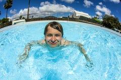 Nuoto teenager del ragazzo nel raggruppamento Fotografie Stock