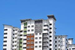Nuova alta costruzione di appartamento di lusso all'area suburbana con la SK blu Immagini Stock Libere da Diritti