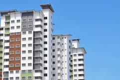 Nuova alta costruzione di appartamento di lusso all'area suburbana con la SK blu Fotografia Stock