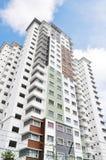 Nuova alta costruzione di appartamento di lusso all'area suburbana con la SK blu Immagine Stock Libera da Diritti