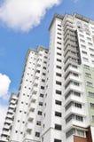 Nuova alta costruzione di appartamento di lusso all'area suburbana con la SK blu Fotografie Stock