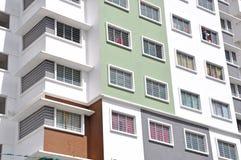 Nuova alta costruzione di appartamento di lusso all'area suburbana con la SK blu Fotografia Stock Libera da Diritti