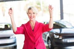 Nuova automobile della donna senior fotografia stock